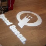 Reflet logo Speed Queen sur le sol à Paris