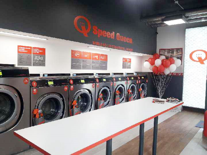 , Der 500. Speed Queen-Waschsalon in Warschau, Polen, eröffnet